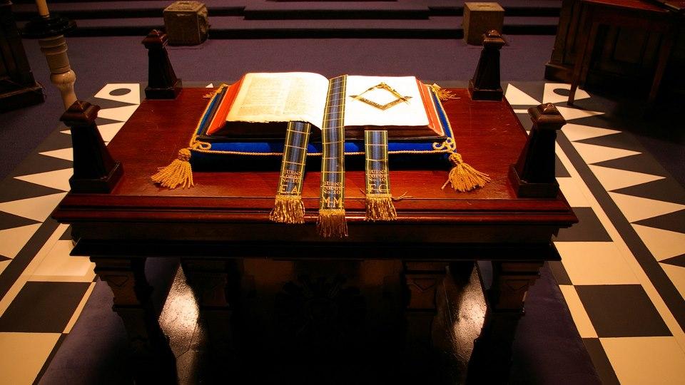 """La Biblia es considerada uno de los """"Pilares de la Logia""""."""