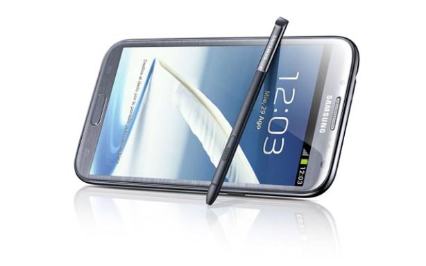 La Samsung Galaxy Note II viene con unl lápiz electrónico.