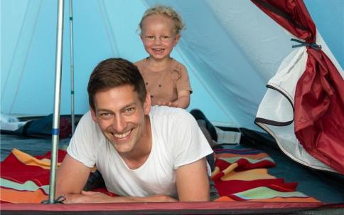 Das Zelt steht schon: Daniel Handte und Sohn Lias sind vorbereitet GB-Foto: Vecsey