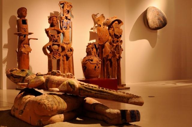 La ceramica che cambia, allestimento con Paladino e Sebastian Matta sullo sfondo.