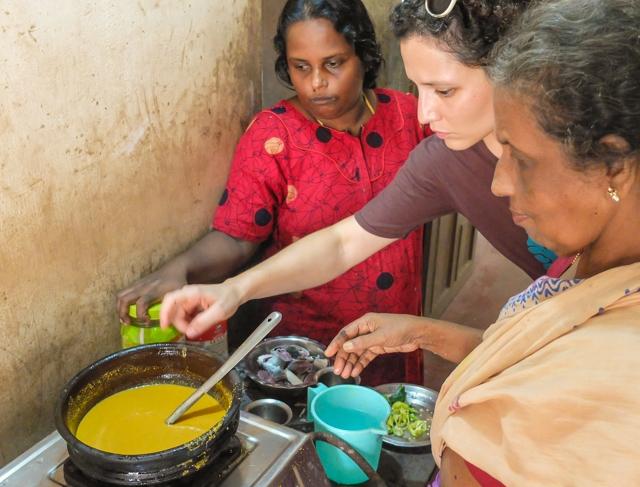 Candida ai fornelli alle prese con il curry di pesce