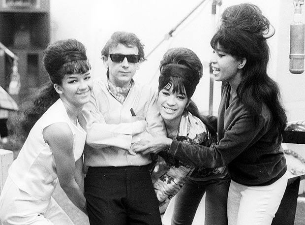 Phil Spector con le Ronettes negli anni Sessanta