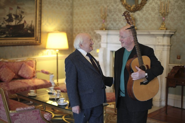 Christy Moore con l'attuale presidente irlandese Michael D. Higgins