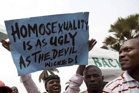 Chi è il diavolo? Chi regge un cartello che semina odio o chi viene accusato di esserlo?