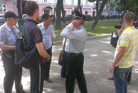 La Polizia di Mosca rimuove le foto esposte in Gogolevsky Boulevard a Mosca (Pic: Denis Styazhkin / Instagram)