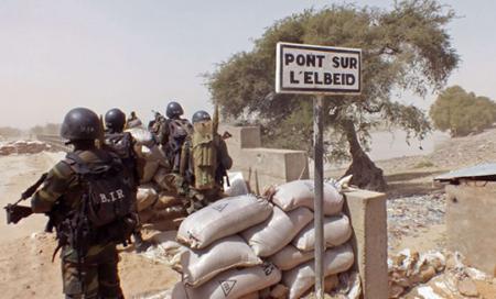Soldati camerunesi alla frontiera tra il Camerun e la Nigeria (25 febbraio 2015/foto Edwin Kindzeka Moki/AP/SIPA)
