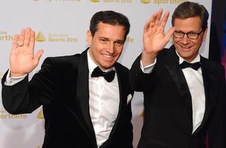 Guido Westerwelle (a destra) col marito Michael Mronz, nel 2012.  EPA/ARNE DEDERT