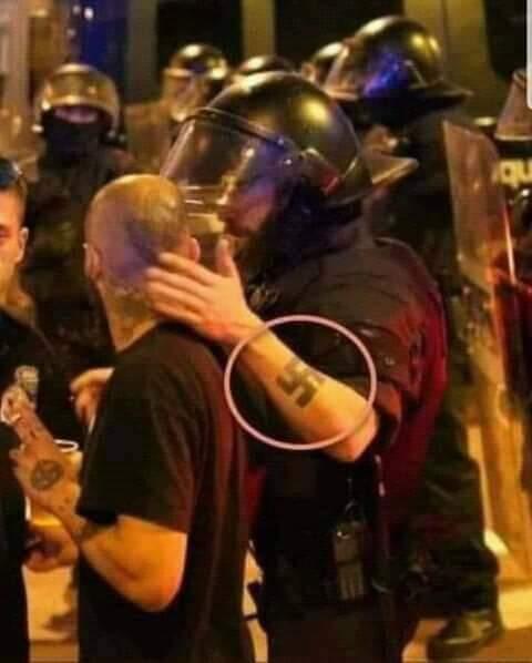 La foto è falsa, il poliziotto non è italiano, ma spagnolo, non è Roma ma Barcellona e la svastica è stata messa dopo