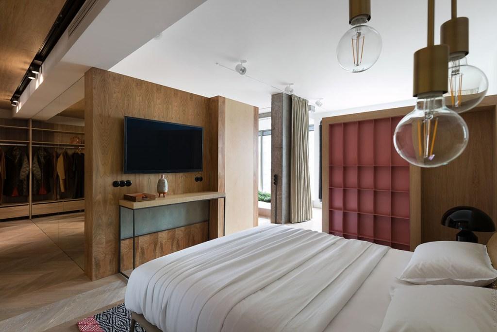 Progettare una cabina armadio in camera da letto grande con televisore