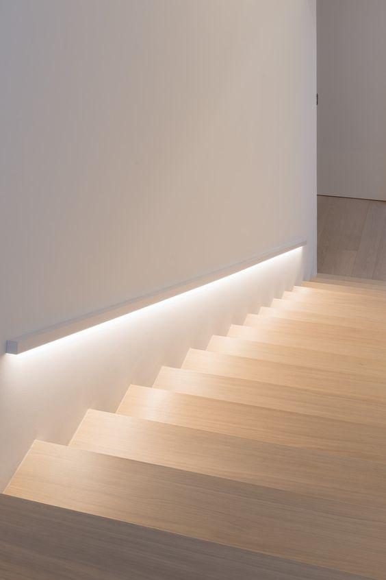 Illuminare la scala ad una sola rampa tra due muri