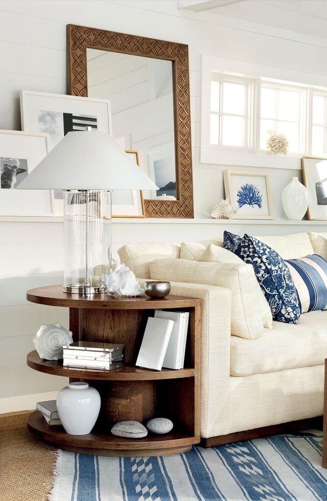 Come arredare la parete dietro il divano in soggiorno con specchio