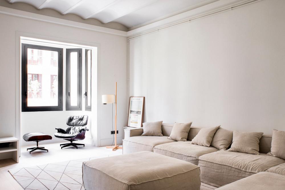 Come arredare la parete dietro il divano con eleganza