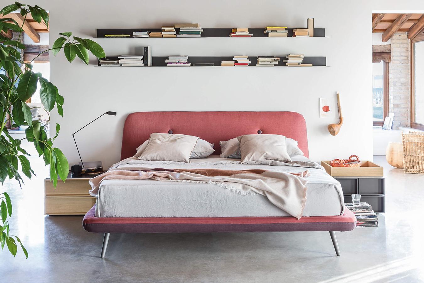 Camera da letto contemporaneacon mensole libri