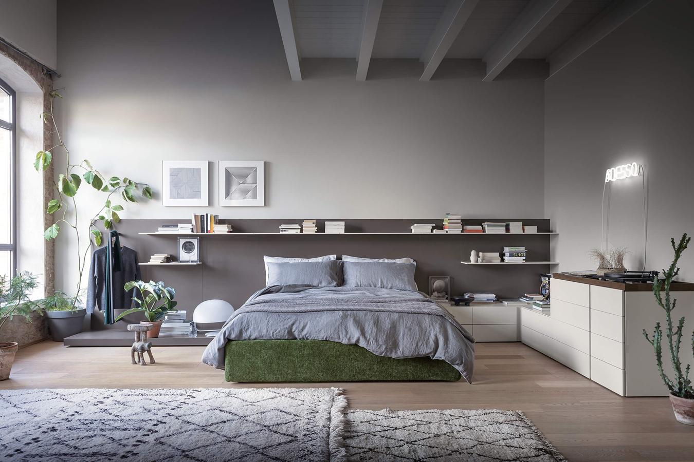 Camera da letto modernacon mensole libri