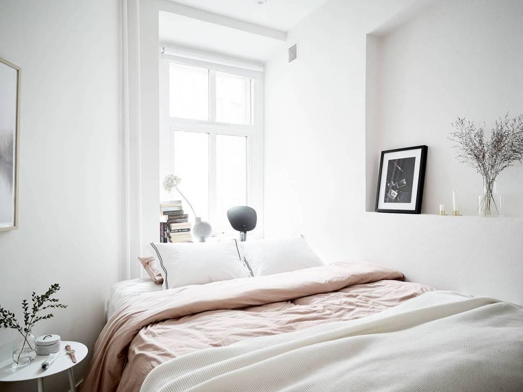 Camera da letto moderna con finestra testata