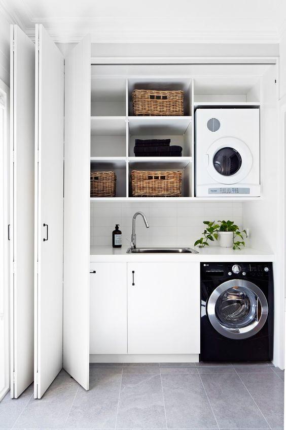 Lavanderia organizzata con mensole