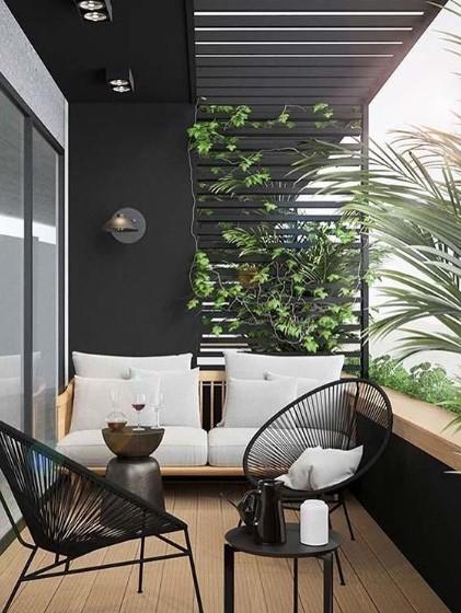 balcone arredato con divanetto tavolino e sedie pavimento parquet