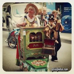 Drehorgel auf dem Straßenfest