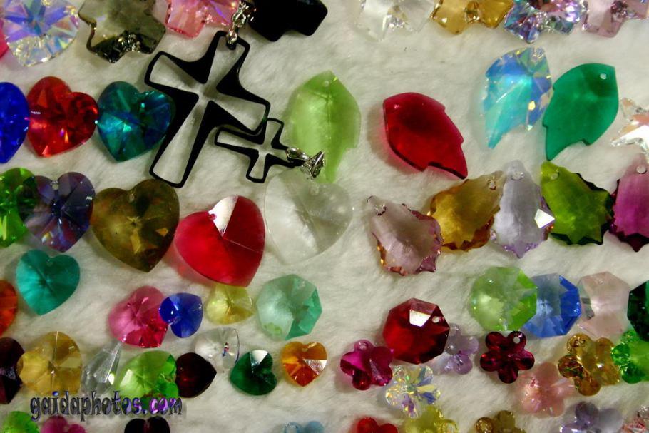 Kreuz, Kristall, bunte Steine