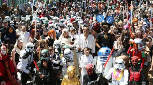 Fanáticos del futbol y Star Wars cantan la Marcha Imperial