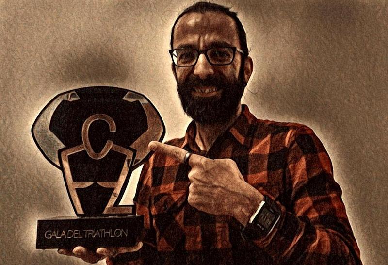 """Dario 'daddo' Nardone con in mano la sua """"creatura"""", il Gala del Triathlon: 5^ edizione a Milano il 28 gennaio 2017"""