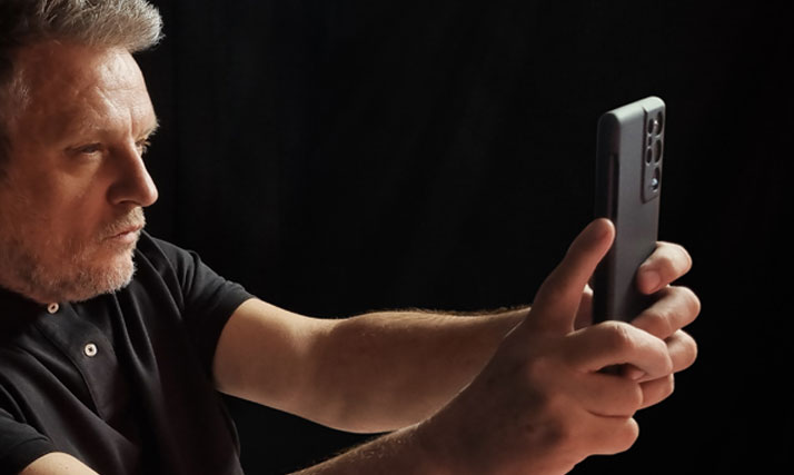 enable voice commands on galaxy s21 camera