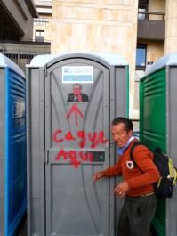 Baño público en manifestación contra destitución de Gustavo Petro