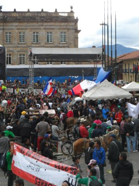 Multitud en manifestación contra destitución de Gustavo Petro