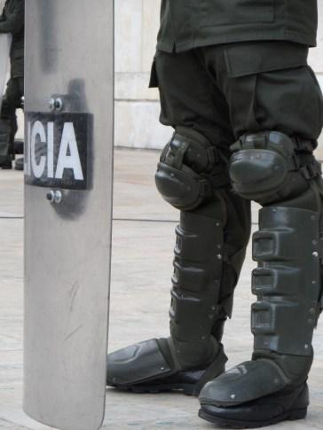 Policía antidisturbios en manifestación contra destitución de Gustavo Petro