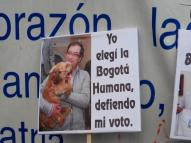 Cartel en manifestación contra destitución de Gustavo Petro