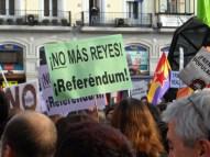 Carteles de manifestación luego abdicación rey Juan Carlos de España
