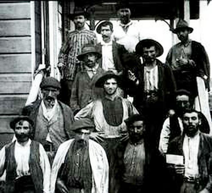 Un grupo dos milleiros de galegos que traballaron na construción da canle de Panamá. Imaxe do libro 'Pro Mundi Beneficio: os traballadores galegos na construción da canle de Panamá (1904-1914)', obra de Juan Manuel Pérez.