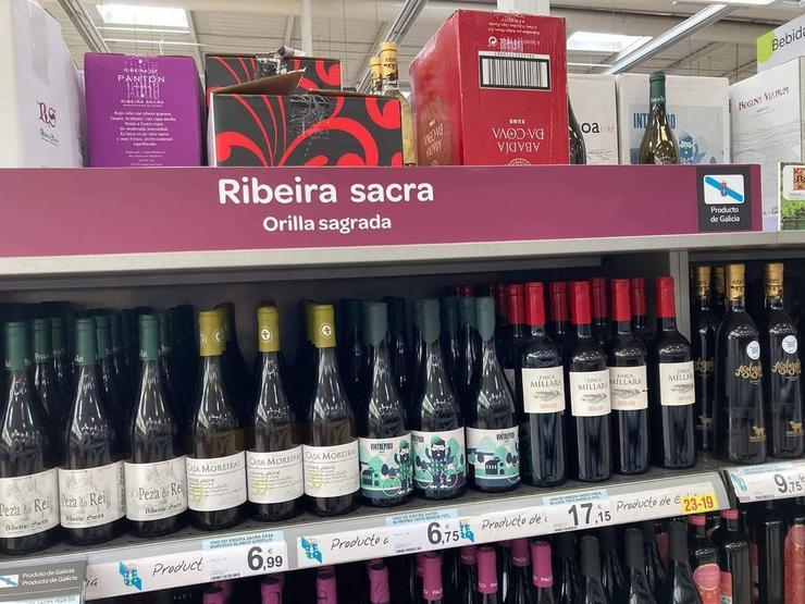 Cartel de viños 'Orilla sagrada' nun supermercado Carrefour da Coruña