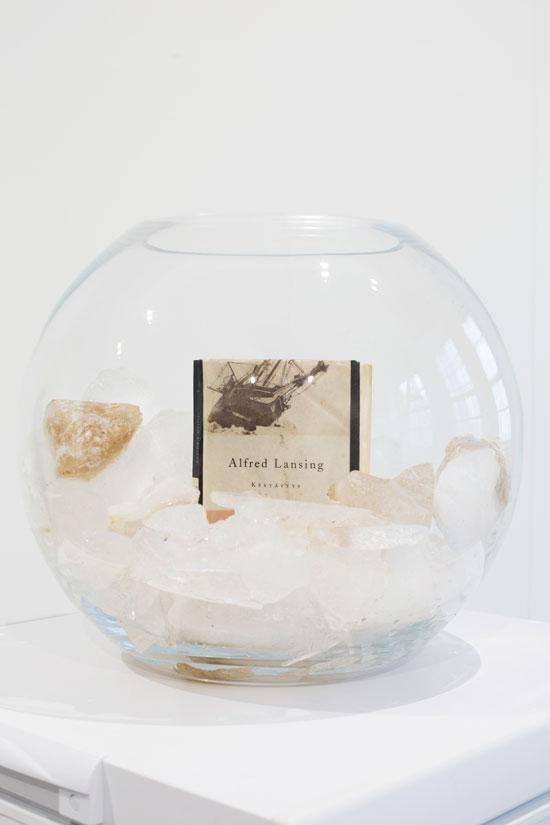 Tatu Gustafsson: Kestävyys (Endurance), 2018 ,Kirja, merenjää, lasikulho