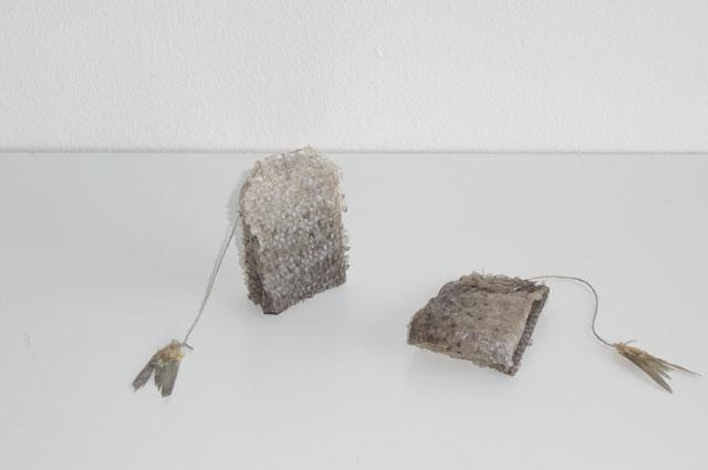 Marin Tea. Materiaalit: kalannahka ja pyrstö, koko: 6 x 4 cm  Marin Tea. Materials: fish skin and tail, size: 6 x 4 cm