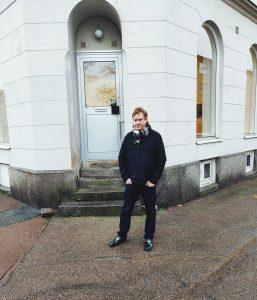 Magnus utanför entrén till Galleri Ekdahl