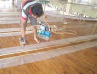 pemasangan lantai kayu Jati rumah Ibadah