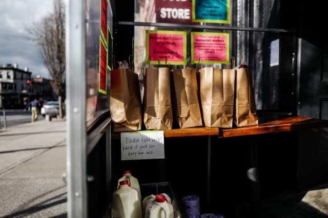 I pacchi di cibo in dono pronti da Olmsted