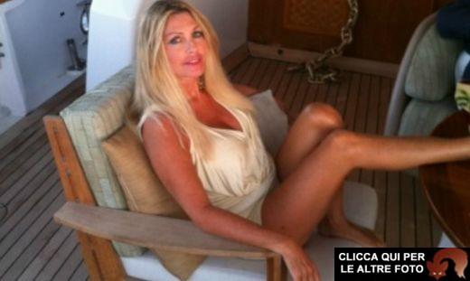 Paola Ferrari nudo integrale in barca: le foto