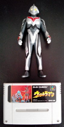 Ultraman Super Famicom avec sa figurine collector