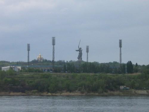 Mamayev Kurgan ao horizonte da cidade de stalingrado.