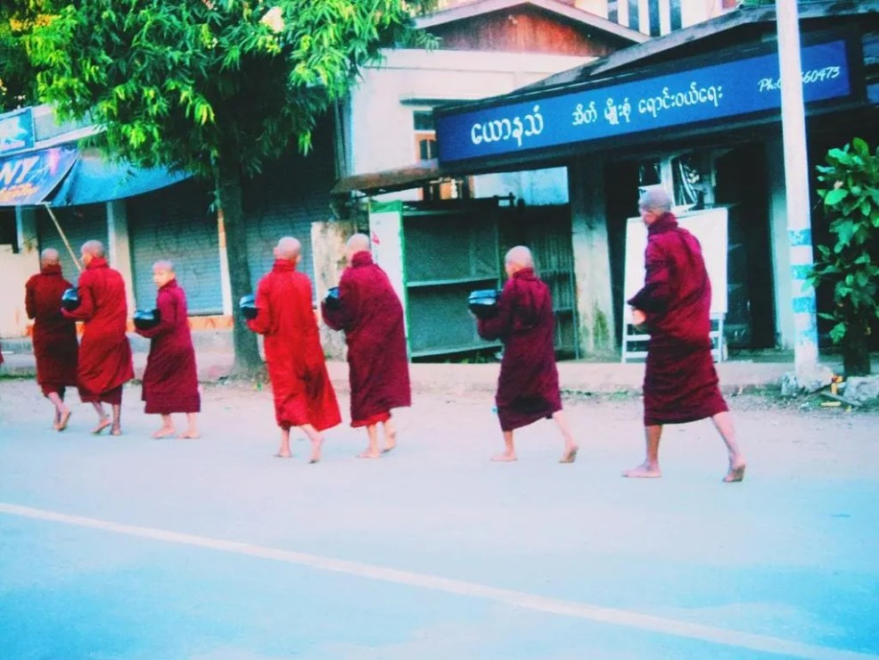 Budget travel in per day in Myanmar, ALm giving to the monks