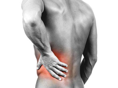 Espalda de un hombre donde donde se aprecia que le duele la espalda.