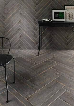 Cerámica gris imitación de madera vieja en despacho.