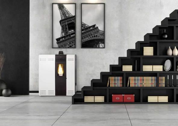 Estufa pellet GÉNESIS de Ferlux en color blanco en un ambiente con escaleras negras y pared en gris.