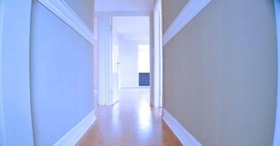 Estufa pellet GENESIS donde aparece un pasillo de casa que produce sensación de frío.