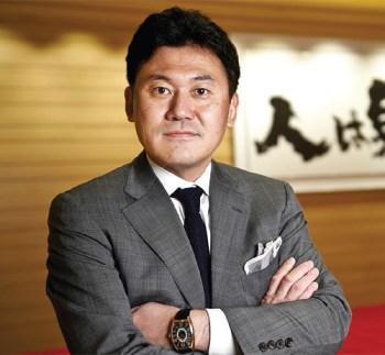 Hiroshi Mikitani, in versione molto casual