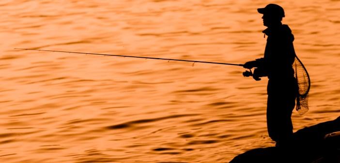 Un uomo che pesca