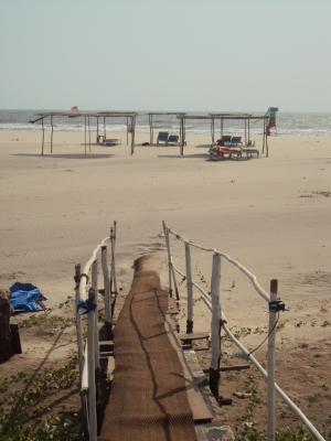 Acces direct a la plage depuis notre hut de Morjim beach !