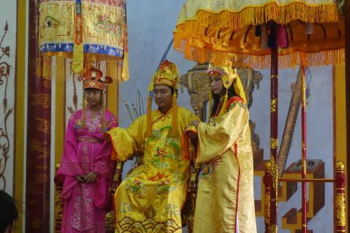 L'attraction la plus cool de Hue: payer pour se deguiser en empereur servi par sa famme et sa fille... trop classe!